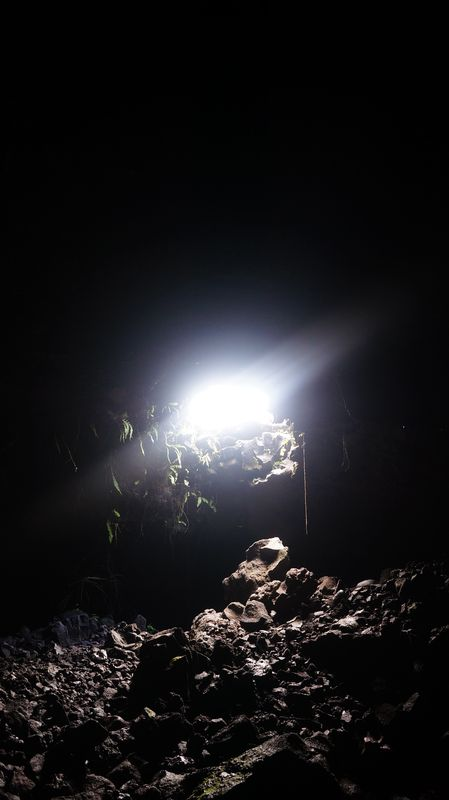 Speleo tunnels de lave coulee 2004 piton de la fournaise for Ouvre la fenetre translation
